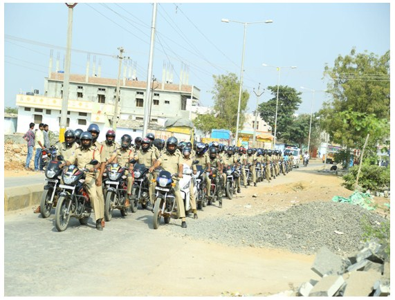 Policemen took out a rally by wearing helmets and setting up an example for road users.