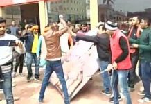 protesters vandalize a cinema hall in bihar muzaffarpur 1516279006